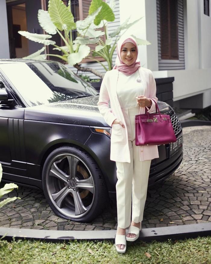 Berfoto ootd bak Ibu-ibu pejabat Aurel tampil sangat berkelas dengan menenteng tas Hermes yang serasi dengan hijab yang dikenakannya. (Foto: Instagram/aurelie.hermansyah)