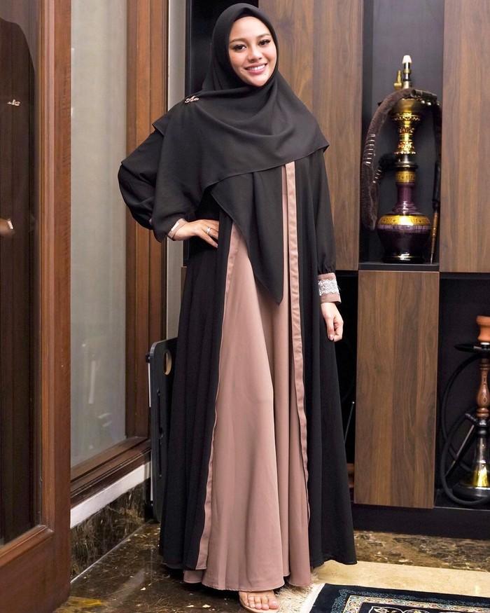 Bisa jadi inspirasi ootd buat lebaran nanti, Aurel tampil begitu cantik dengan dress hitam coklat yang serasi dengan hijabnya. (Foto: Instagram/aurelie.hermansyah)