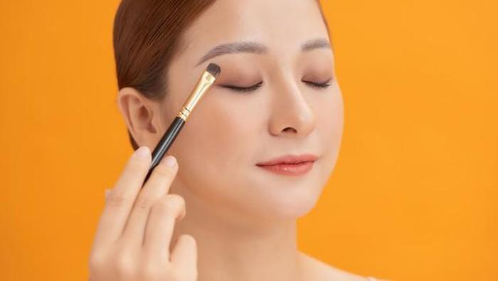 Ingin Gradasi Warna Terlihat Cantik? Ini Cara Mengaplikasikan Eyeshadow yang Benar!