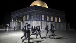 FOTO: Polisi Israel Bentrok dengan Warga di Masjid Al-Aqsa