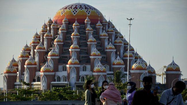 Masjid 99 Kubah yang berarsitektur unik bakal menjadi teman menikmati momen sunset di tepi Pantai Losari, Makassar.