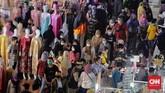 Di akhir pekan terakhir jelang hari raya Idulfitri 1442 H, Pasar Tanah Abang masih dipadati pengunjung. Pemprov DKI turunkan petugas gabungan untuk memantau.