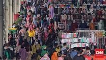 FOTO: Warga Padati Pasar Tanah Abang Jelang Hari Lebaran