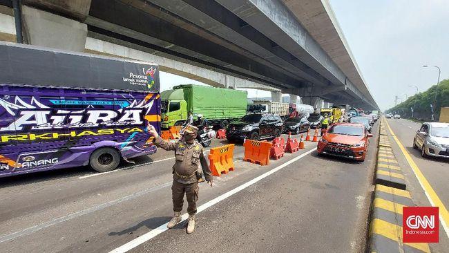 Kakorlantas Polri Irjen Pol Istiono menyebut sedikitnya 70 ribu kendaraan diputar balik hingga hari ketiga larangan mudik Lebaran 2021, Sabtu (8/5).