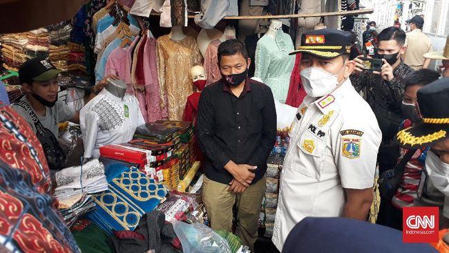 Satpol PP awasi aktivitas di Pasar Tanah Abang, Sabtu (8/5). Kepada pedagang yang bandel dan tidak mengindahkan aturan, petugas akan beri tindakan.