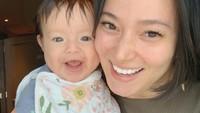 <p>Terlihat kompak, kini baby Chloe dan Asmirandah sama-sama memperlihatkan senyuman sumringah mereka. Sweet banget! (Foto: Instagram: @asmirandah89)</p>