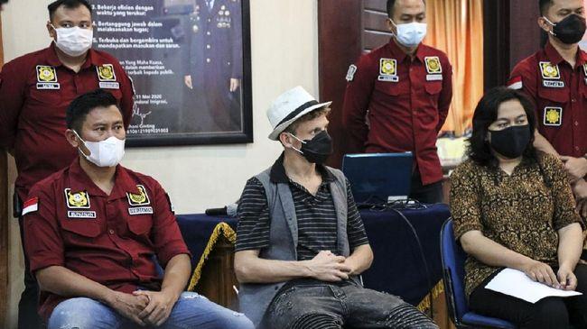 Christopher Kyle Marin, warga negara Kanada yang menggagas kelas orgasme di Bali dideportasi ke negara asalnya, Minggu (9/5).