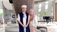 "<p>Anak sulung almarhum Ustaz Arifin Ilham, Muhammad Alvin Faiz, kini telah menyandang status suami dari Larissa Chou dan ayah satu anak. ""Udah lama gak foto sama bidadari,"" tulis Alvin di <em>caption</em>. <em>Sweet</em> banget ya... (Foto: Instagram @alvin_411)</p>"