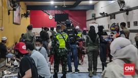 Lima Pria Diduga Mabuk Tantang Petugas Saat Razia Prokes