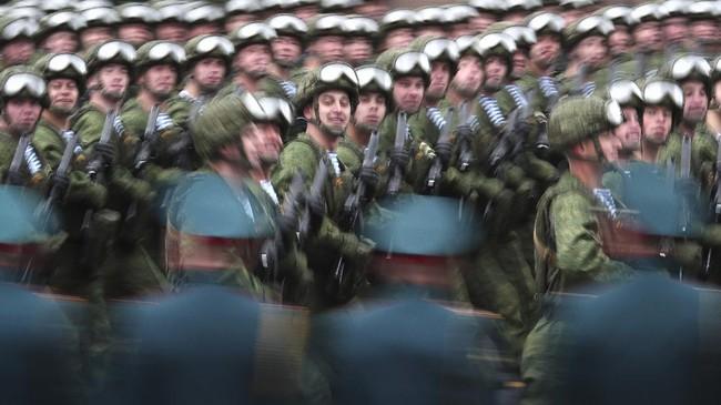 Rusia memperingati Hari Kemenangan atau Victory Day ke-76, Minggu (9/5). Peringatan itu diisi dengan parade militer Rusia.