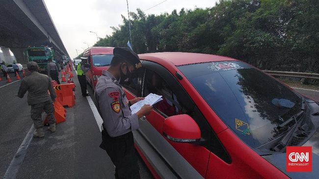 Polisi memberlakukan penyekatan ke pintu masuk Kabupaten Bandung mulai Jumat ini. Titik penyekatan di antaranya di pintu Tol Soreang dan Cileunyi.