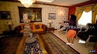 <p>Ruang tamu rumah mewah Ingrid Kansil didominasi warna coklat, kuning, dan krem, Bunda. Dalam ruangan juga terlihat lukisan-lukisan besar yang menghiasi dinding. (Foto: YouTube Trans7 Official)</p>