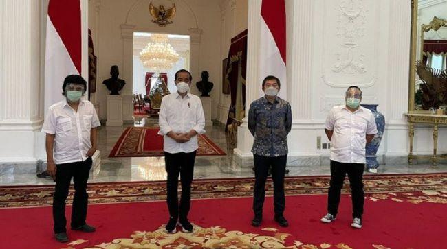 Adian Napitupulu menemui Presiden Jokowi di Istana Negara bersama sejumlah tokoh mantan aktivis 1998 seperti Mustar Bona Ventura dan Fendy Mugni.
