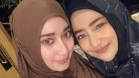 <p>Cindy Fatikasari merupakan istri aktor Tengku Firmansyah, Bunda. Ibu dari tiga anak ini juga memiliki penampilan yang cantik dan awet muda. Lihat saja potretnya dengan sang putri, Tengku Syaira Anataya, berikut. Keduanya seperti kakak adik juga kan, Bunda? (Foto: Instagram)</p>