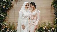 <p>Ikke Nurjannah juga tak kalah awet muda dan cantik seperti anak perempuannya, Siti Adira Kania. Potret berikut menjadi bukti bahwa keduanya terlihat seperti kakak dan adik ya, Bunda. (Foto: Instagram)</p>