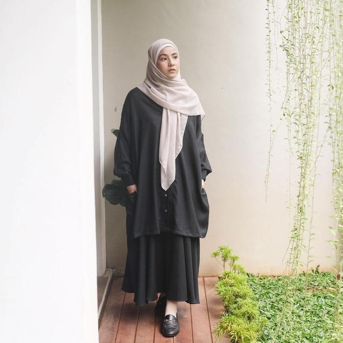 Atasan oversized enggak akan mengurangi kecantikan rok panjangmu yang memiliki warna senada. Kamu bisa tetap tampil manis dengan gaya satu ini, Ladies. Berikan hijab berwarna terang untuk outfit yang gelap. (foto: instagram.com/natasharizynew)