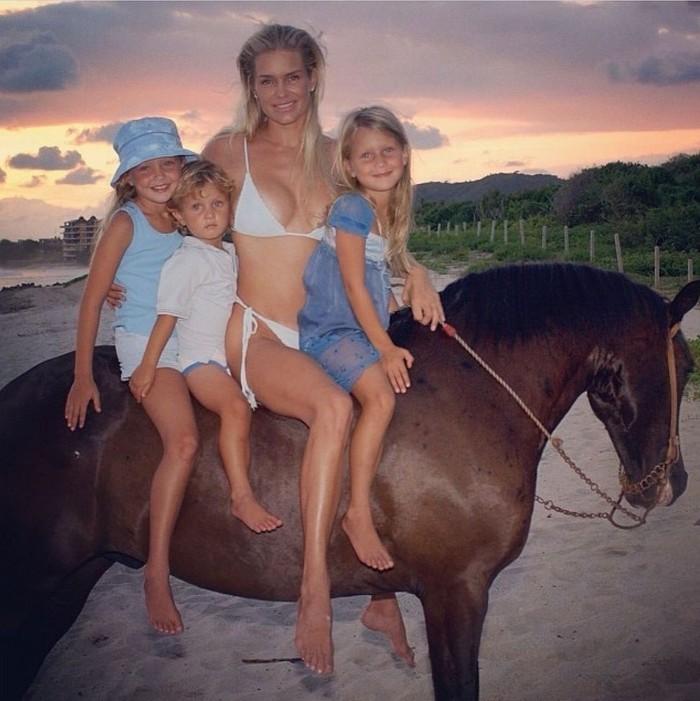 Bella Hadid mengunggah banyak foto, salah satunya adalah foto masa kecilnya bersama ibu, Yolanda Hadid beserta Gigi dan Anwar saat berkuda bersama. Sepertinya keluarga ini terlihat selalu kompak. (Foto: instagram.com/bellahadid)