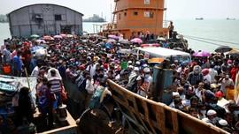 FOTO: Perjuangan Warga Bangladesh demi Mudik Lebaran