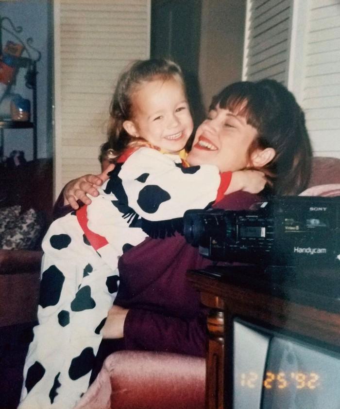 Brie Larson pun ikut memperingati Mother's Day dengan mengunggah foto masa kecilnya bersama ibunya. Pemeran Captain Marvel ini mengenakan kostum bermotif sapi dan terlihat ceria tertawa bersama sang ibu. (Foto: instagram.com/brielarson)