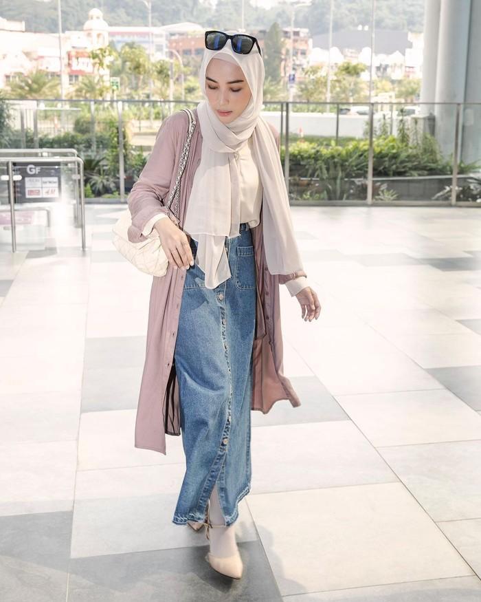 Buat kamu yang suka tampil kalem tapi tetap boyish bisa banget memadukan jeans skirt dengan atasan warna putih. Cocok menemani perjalanan silaturahmi di hari yang fitri. Tambahkan outer untuk mempermanis. (foto: instagram.com/hamidahrachmayanti)