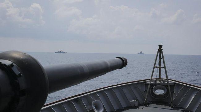 Pertamina mengisi 154 kiloliter BBM jenis Pertamina Dex ke kapal perang AL India, INS Kiltan, di Pelabuhan Belawan, Sumatera Utara.