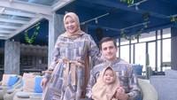 <p>Isti dan Musab tak pernah lupa mengabadikan potret foto keluarga kecilnya. Mereka bahkan kerap mendandani Aycil dengan hijab outfit yang menggemaskan. (Foto: Instagram: @istialqadri)</p>