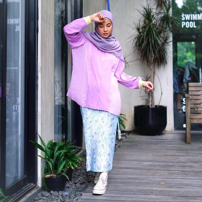 Jangan pernah ragu memakai outfit bermotif. Padukan saja bagian terkecil dalam motif sebagai atasan. Agar lebih manis kamu bisa menggunakan atasan oversized dengan hijab senada buat rok yang cenderung kecil. (foto: instagram.com/natasharizkynew)