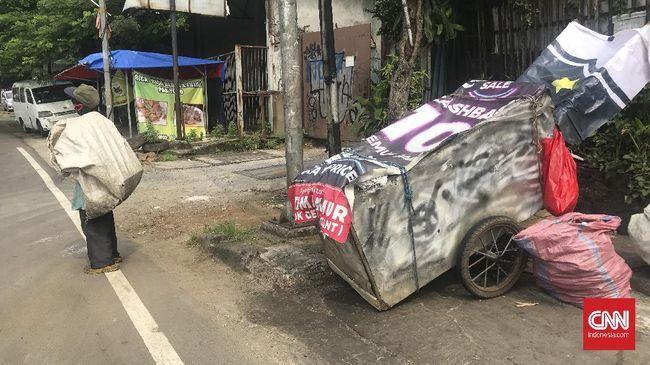 Suyatno melakoni hidup menjadi manusia gerobak sudah sejak 2014. Penghasilannya tak cukup untuk beli rumah atau mengontrak tempat tinggal.
