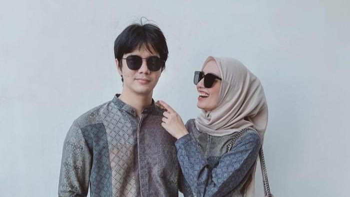 6 Inspirasi Baju Lebaran Couple ala Mega Iskanti, Modis dan Kekinian!