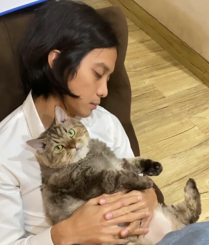 Momen yang nggak kalah bikin gemmesnya di saat Dikta tertidur dan Jimbon berada di pangkuannya. (Foto:Instagram.com/dikta)