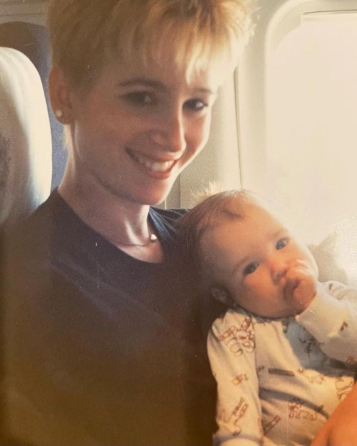 Pemeran Emily Cooper dalam Emily in Paris yaitu Lily Collins mengunggah foto saat ia balita yang dipangku oleh ibunya ketika mereka berada di dalam pesawat. (Foto: instagram.com/lilyjcollins)