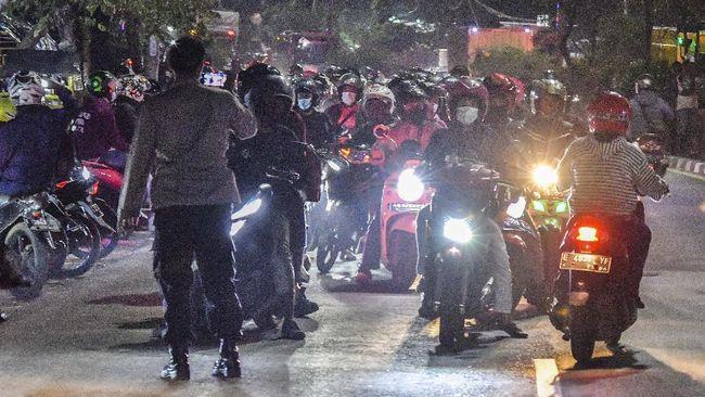 Pemudik yang ingin melewati pos penyekatan di Kedungwaringin, Bekasi begitu banyak. Polisi berupaya keras menghalau mereka.
