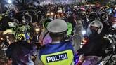 Polisi tak mampu membendung arus pemudik di Bekasi. Pos penyekatan di bekasi pun sempat jebol. Sejumlah pemudik lolos dari penyekatan.