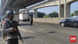 Brimob Bersenjata Laras Panjang Kawal Pos Penyekatan Bekasi