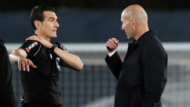 Zinedine Zidane murka kepada wasit yang dianggap telah mengeluarkan keputusan kontroversial di laga Real Madrid vs Sevilla yang berakhir imbang 2-2
