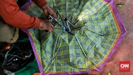 FOTO: Servis Payung Keliling Tak Lekang Oleh Waktu