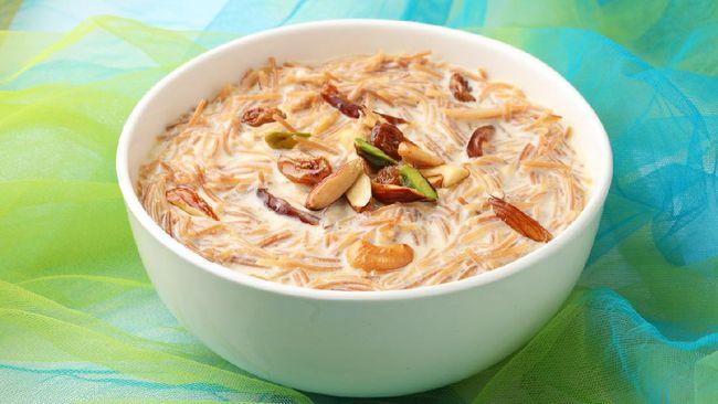 Sheer kurma menjadi salah satu sajian khas Idulfitri di Asia Tengah. Sajian ini berupa puding yang terbuat dari kurma, bihun, dan susu dengan cita rasa manis.