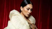 <p>Tata Janeeta tampil <em>flawless</em> dalam sesi foto hamil. Istri Raden Brotoseno ini terlihat stunning dengan <em>baby bump</em> yang kian membesar, Bunda. (Foto: Instagram: @tatajaneetaofficial)</p>