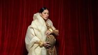 <p>Kostum Tata Janeeta untuk potret kehamilan ini membuatnya tampak anggun. Tak hanya menawan dengan <em>dress</em> warna kuning, ia juga tampil elegan dengan dress batik yang dibalut jubah bersiluet <em>oversized</em>. (Foto: Instagram: @tatajaneetaofficial)</p>