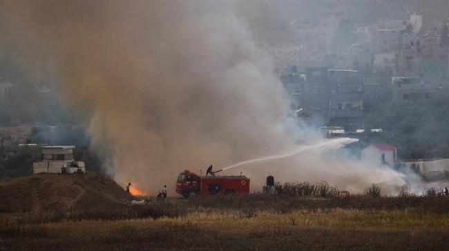 Warga Palestina menggempur Israel dengan balon api di tengah meningkatnya ketegangan usai serangan ke Masjid Al Aqsa, Minggu (9/5).