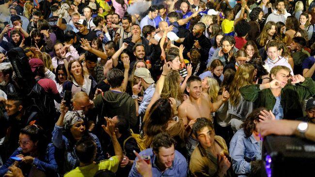 Ratusan pemuda Spanyol berpesta tanpa masker di jalanan Kota Madrid dan Barcelona setelah pemerintah mencabut larangan bepergian.