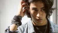 <p>Tak hanya pandai akting, Abidzar juga dikaruniai wajah tampan dari mendiang ayahnya. Ketampanan itu membuat Abidzar kerap disebut mirip aktor Hollywood berdarah India, Dev Patel, yang membintangi film <em>Slumdog Millionaire</em>. (Foto: Instagram: @abidzar73)</p>