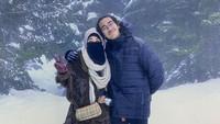 <p>Abidzar juga sangat dekat dengan Ibunda. Lihat saja potret manisnya ketika liburan dengan Umi Pipik. Mereka berangkulan sambil menikmati suasana musim dingin, Bunda. (Foto: Instagram: @abidzar73)</p>