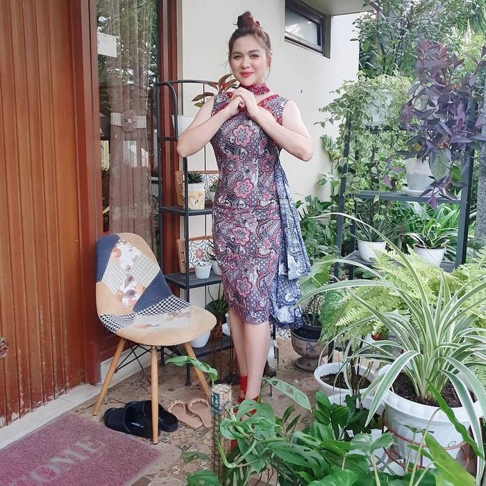 Alhasil, kini ibu dari dua anak ini pun telah kembali singset. Bahkan, baju lama Vicky yang dibuat tahun 2017 nampak kembali muat dengan sempurna dalam foto ini. (Foto: Instagram.com/vickyshu)