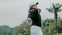<p>Amel Carla ternyata merupakan orang yang gemar berolahraga nih, Bunda. Dibeberapa kesempatan, ia bahkan meluangkan waktu untuk bermain golf. (Foto: Instagram: @amelcarla)</p>