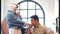 <p>Meski sudah menikah selama satu dekade, kemesraan April Jasmine dan Ustaz Solmed tak juga luntur. Lihat saja cara Ustadz Solmed mencium tangan sang istri. <em>So sweet!</em> (Foto: Instagram: @apriljasmine85)</p>