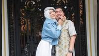 <p>April Jasmine juga tidak ragu memperlihatkan rasa cintanya kepada sang suami. Ia sering memeluk Ustaz Solmed saat berfoto, Bunda. Mereka terlihat semakin mesra. (Foto: Instagram: @apriljasmine85)</p>
