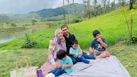 <p>Ustaz Solmed dan April Jasmine kerap menyempatkan diri untuk berlibur bersama buah hati mereka. Ini saat mengajak ketiga anaknya piknik menikmati keindahan alam terbuka. (Foto: Instagram: @apriljasmine85)</p>