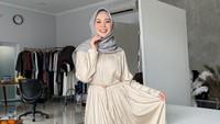<p>Tampilan <em>simple</em> dan <em>effortless</em> juga bisa didapatkan dari gamis polos. Seperti Ayana, Bunda bisa padukan midi dress warna beige dengan inner rok warna putih. (Foto: Instagram: @xolovelyayana)</p>