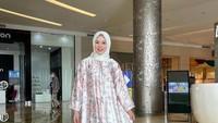 <p>Busana Idul Fitri identik dengan warna lembut dan nuansa feminin. Hal itu sesuai dengan gaya busana Ayana yang sangat elegan. Sebagai contoh, gamis <em>H-line</em> yang biasa dipakai Ayana seperti di foto sangat cocok dipakai untuk lebaran. (Foto: Instagram: @xolovelyayana)</p>